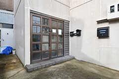 玄関の様子。1階と3階の入居者さんも使用します。(2016-11-15,周辺環境,ENTRANCE,1F)