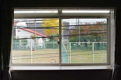 建物の向かいはほとんど使われていないテニスコート。窓の外がひらけています。(2016-11-15,共用部,LIVINGROOM,2F)