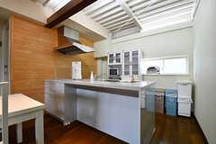 キッチンの様子。リビング側はカウンター風になっていて、椅子を置けばテーブル代わりにも使えます。(2016-11-15,共用部,KITCHEN,2F)
