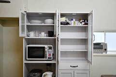 食器棚の様子2。右側の棚には専有部ごとの食材などをしまえます。(2016-11-15,共用部,KITCHEN,2F)