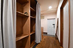 廊下の棚は専有部ごとに割り当てられていて、好きなものを収納できます。(2016-11-15,共用部,OTHER,2F)