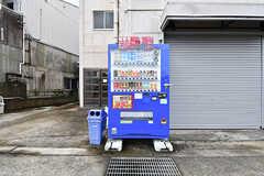 建物の前には自販機が設置されています。(2016-11-15,共用部,OTHER,1F)
