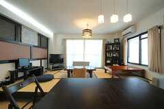 ダイニングテーブルは、畳の高さに合わせて足が切られています。(2014-01-28,共用部,LIVINGROOM,1F)