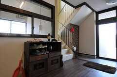 正面玄関脇に階段があります。(2011-04-10,共用部,OTHER,1F)