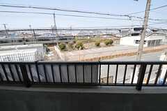 目の前が線路となっています。(206号室)(2011-04-10,専有部,ROOM,2F)