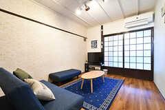 リビングの様子2。TV脇の引き戸を開けると玄関です。(2017-01-18,共用部,LIVINGROOM,1F)