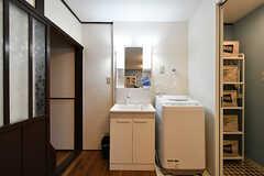 洗面台と洗濯機の様子。(2017-01-18,共用部,LAUNDRY,1F)