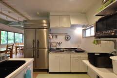 キッチンの様子3。冷蔵庫は業務用です。(2016-08-01,共用部,KITCHEN,1F)