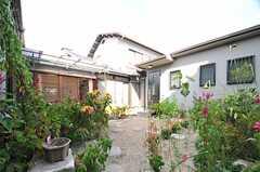 庭の様子。正面の玄関も使用できます。(2013-08-22,共用部,OTHER,1F)