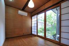 専有部の様子。掃き出し窓からは庭に出られます。(103号室)(2013-08-22,専有部,ROOM,1F)
