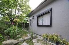 庭の様子。物干しができます。(2013-08-22,共用部,OTHER,1F)