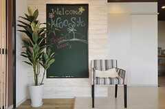 入り口脇には黒板仕様のメッセージボードが設置されています。(2012-09-13,共用部,LIVINGROOM,1F)