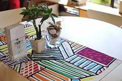 入り口正面のテーブルの上には、南国をイメージさせる観葉植物が飾られています。(2012-09-13,共用部,LIVINGROOM,1F)