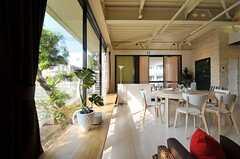 ラウンジの窓側にはベンチが設置されています。(2012-09-13,共用部,LIVINGROOM,1F)