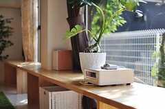 ベンチに置かれたステレオの様子。iPod、iPhoneの音楽も流すことができます。(2012-09-13,共用部,LIVINGROOM,1F)