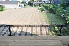 窓の外には畑が広がっています。(105号室)(2012-09-13,専有部,ROOM,1F)