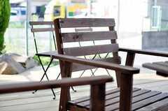 エントランスデッキには、デッキチェア、ベンチ、テーブルが置かれています。(2012-09-13,共用部,OTHER,1F)