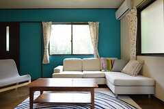 リビングの様子3。一面の壁がターコイズブルーのペンキで塗装されています。(2014-05-16,共用部,LIVINGROOM,1F)
