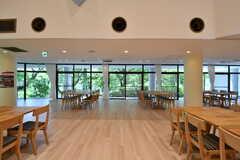 ラウンジの様子2。壁一面に大きな窓が設置されています。(2017-08-09,共用部,LIVINGROOM,1F)