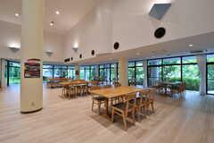 ラウンジの様子3。ダイニングテーブルが6台用意されています。(2017-08-09,共用部,LIVINGROOM,1F)