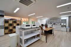 収納棚の様子。奥に食器棚が設置されています。(2017-08-09,共用部,KITCHEN,1F)