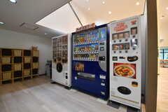 ドリンクやインスタントラーメンの自動販売機が並んでいます。(2017-08-09,共用部,KITCHEN,1F)