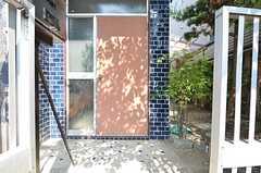 玄関ドアの様子。(2015-07-29,周辺環境,ENTRANCE,1F)