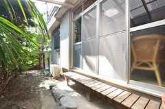 庭の様子2。掃出窓の外には縁側があります。(2015-07-29,共用部,OTHER,1F)