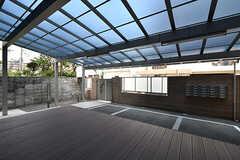 テラスの様子。屋根付きのため、雨の日でも使えます。(2017-04-05,共用部,LIVINGROOM,1F)
