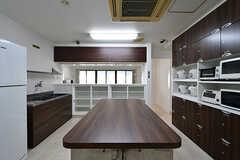キッチンの様子4。真ん中に大きな作業台が設置されています。(2017-04-05,共用部,KITCHEN,1F)