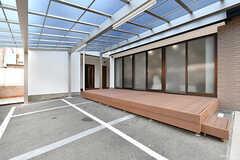 テラスの奥にE棟があります。(2017-04-05,共用部,OTHER,1F)