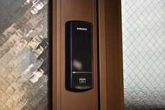 玄関の鍵の様子。非接触式キーのオートロックです。(2019-09-10,周辺環境,ENTRANCE,1F)