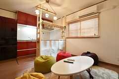 リビングの様子2。キッチンとの間に棚が設置されています。(2016-05-25,共用部,LIVINGROOM,1F)