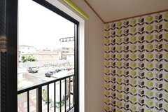 窓の外には小さなベランダ。物干し金具が付いています。(201号室)(2016-05-25,専有部,ROOM,2F)