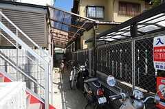 自転車置き場の様子。(2013-10-18,共用部,LAUNDRY,1F)