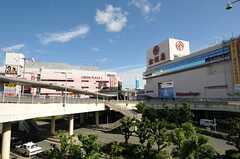JR高槻駅の周辺にはショッピングモールが並びます。(2013-10-18,共用部,ENVIRONMENT,1F)