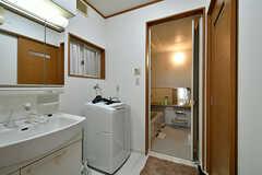 脱衣室の様子。洗面台と洗濯機が設置されています。(2017-02-07,共用部,BATH,1F)