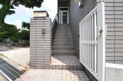 玄関へは階段を上ります。(2013-06-24,周辺環境,ENTRANCE,1F)