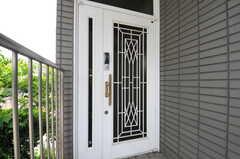 シェアハウスの玄関ドアの様子。(2013-06-24,周辺環境,ENTRANCE,2F)