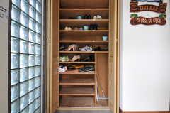 靴箱の様子。各部屋ごとに収納場所が決まっています。(2013-06-24,周辺環境,ENTRANCE,2F)