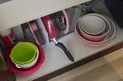 フライパンやボウル類はシンク下に収納してあります。(2013-06-24,共用部,KITCHEN,2F)