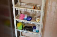 各部屋ごとにバスグッズを収納できるラック。(2013-06-24,共用部,BATH,2F)