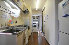 ミニキッチンの様子2。右手のドアはバスルームがあります。(2013-06-24,共用部,KITCHEN,4F)