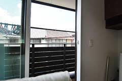 リビングのソファ裏にもバルコニーがあり、物干し場として利用できます。(2016-08-09,共用部,OTHER,2F)