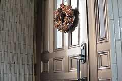 ドアにはリースが飾られています。(2015-03-18,周辺環境,ENTRANCE,2F)