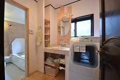 脱衣室の様子。洗面台と洗濯機が設置されています。(2015-03-18,共用部,BATH,2F)