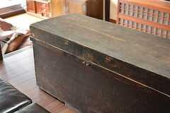 オーナーさんのご先祖が嫁入り道具として持ってきた長持(ながもち)。なんと江戸時代のものだそうです。(2016-02-15,共用部,LIVINGROOM,1F)