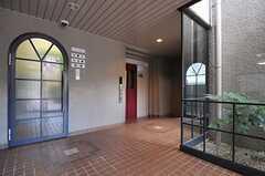マンションのエントランスホール。管理人さんが常駐しています。エレベーターで7Fへ。(2012-12-19,周辺環境,ENTRANCE,1F)