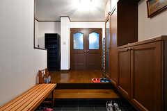 玄関から見た内部の様子。正面のドアがリビングです。(2017-10-12,周辺環境,ENTRANCE,1F)