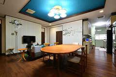 リビングの様子2。キッチンが併設されています。(2017-10-12,共用部,LIVINGROOM,1F)